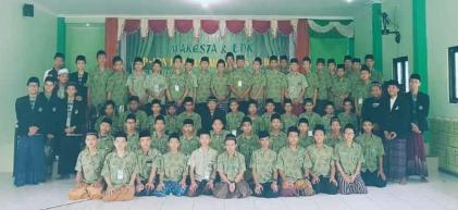 Peserta LDK dan Makesta MA NU TBS Kudus foto bersama foto bersama usai acara.